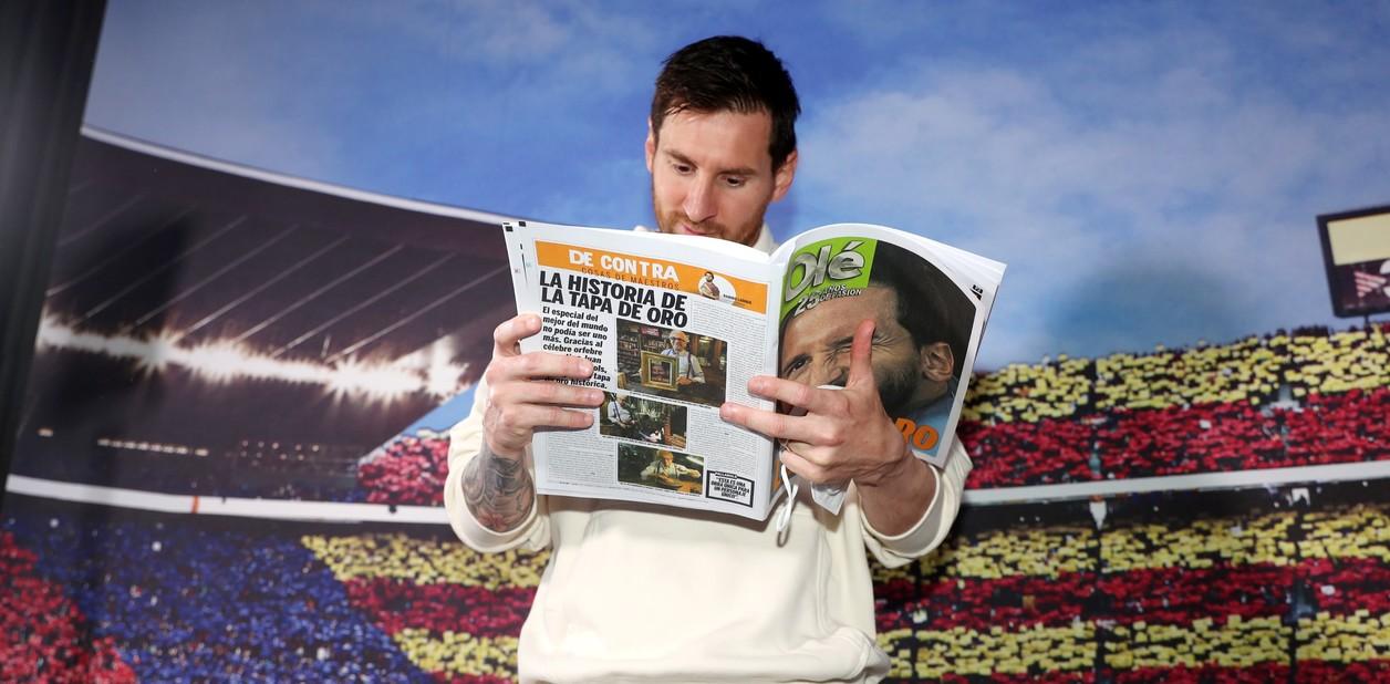 Messi-doc-bao-Ole.jpg